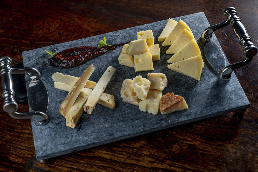 Restaurante Traga Luz - Entrada de queijos mineiros. Tiradentes- MG